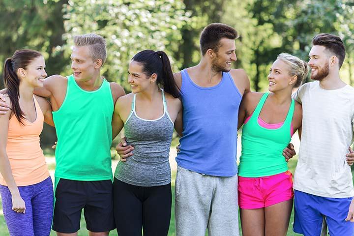 Gruppen von erfolgreichen glücklichen und fitten Personen in den Lifestylebox Farben gekleidet.