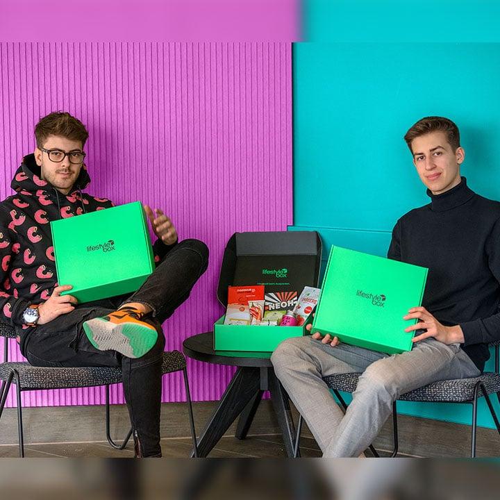 Die Gründer von Lifestylebox Moritz Lechner und Chris Pollak präsentieren die erste Ausgabe der Lifestylebox April 2020.