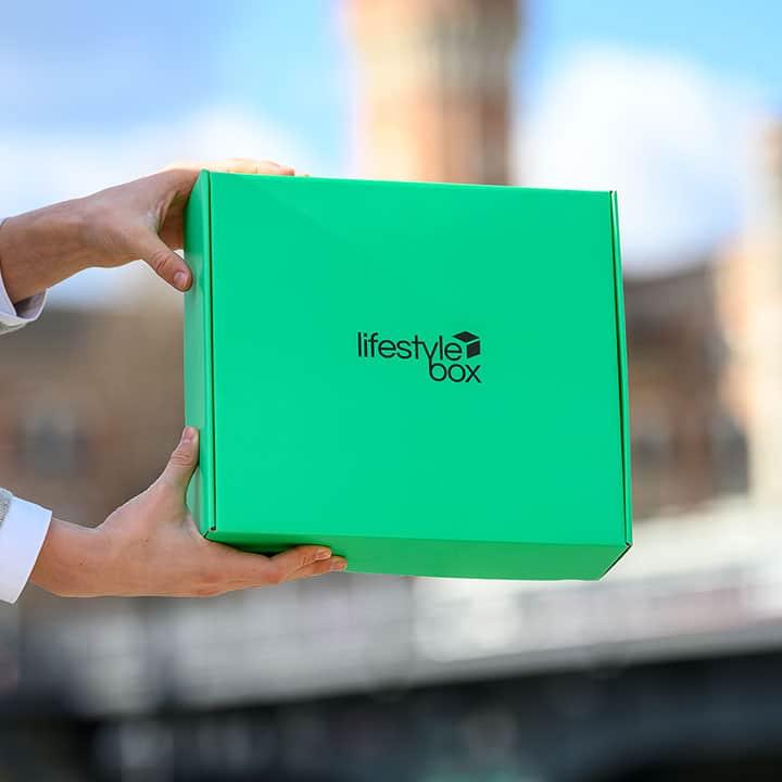 Die Lifestylebox wird in den Händen gehalten.